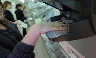 Nantes, machine de reconnaissance du contour de la main utiliéee dans la cantine du college Le Herault à Saint-Herblain.