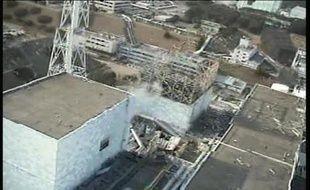 """Le groupe japonais d'industries lourdes Mitsubishi Heavy Industries (MHI) a présenté mercredi un robot appelé """"super-Girafe"""" capable d'effectuer des tâches ardues en hauteur dans un environnement hostile tel que celui de la centrale ravagée de Fukushima."""