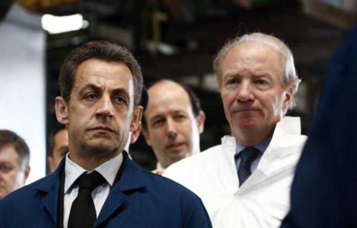 Nicolas Sarkozy et Brice Hortefeux, le 7 avril 2011, lors d'une visite de la fonderie Alcan, à Issoire, dans le Puy-de-Dôme. – LUDOVIC-POOL/SIPA