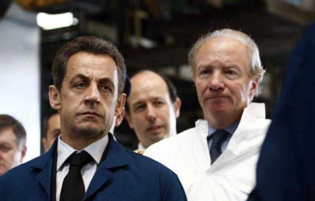 Nicolas Sarkozy et Brice Hortefeux, le 7 avril 2011, lors d'une visite de la fonderie Alcan, à Issoire, dans le Puy-de-Dôme.