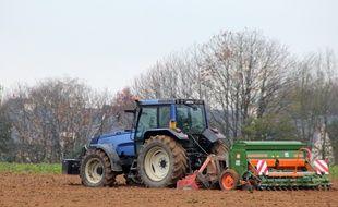 Illustration d'un tracteur en action dans un champ, ici près de Rennes.