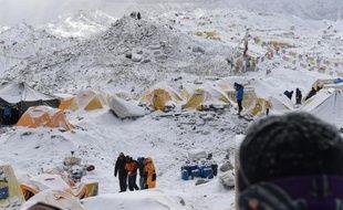 Les secouristes sur le camp de base de l'Everest après l'avalanche provoquée par le tremblement terre, le 26 avril 2015