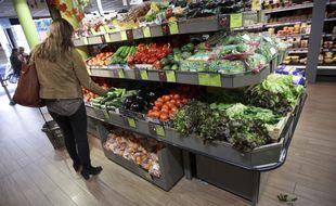 Une femme dans un supermarché à Paris (image d'illustration).