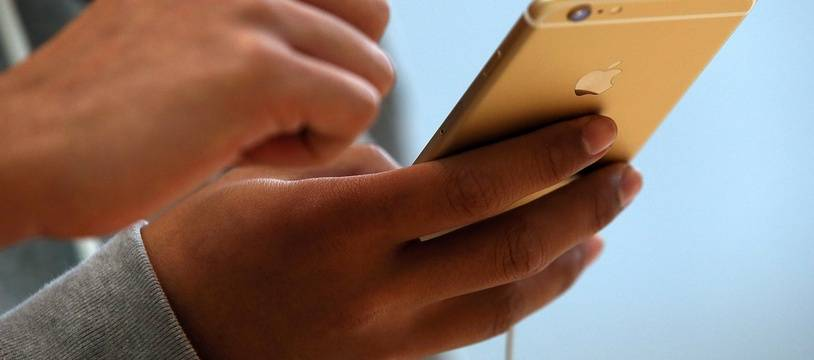 Un client teste un iPhone 6 dans un Apple Store.