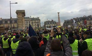 Lors du défilé des gilets jaunes, les manifestants sont passés par la place de la Victoire.