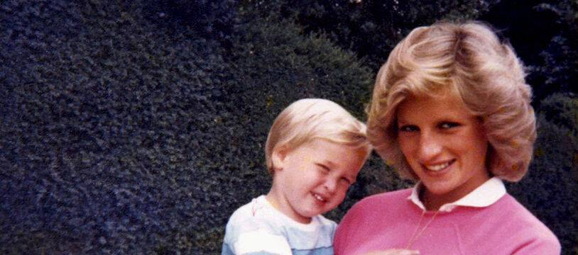 La princesse Lady Diana, enceinte du prince Harry, tenant le prince William dans ses bras