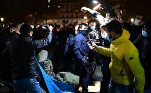 L'évacuation controversée de tentes de migrants par la police, filmée par des journalistes, avait fait polémique, le 23 novembre 2020 à Paris.