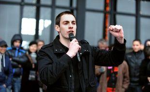 Pierre, éborgné par le tir d'un policier avec un tir de flash-ball lors d'une manifestation en 2007, prend la parole, le 7 mars 2012 à Nantes (Loire-Atlantique).