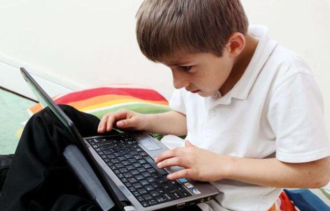 Un enfant de huit ans surfe sur Internet.
