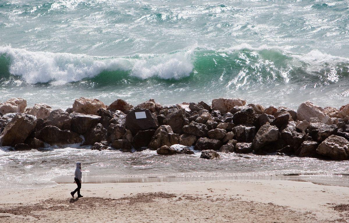 Une personne se promène sur une plage.  – P.MAGNIEN / 20 MINUTES