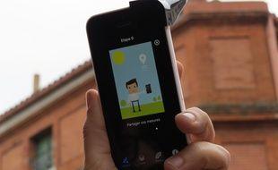 Doté d'un accessoire et d'un appli, le iPhone peut se transformer en capteur de particules atmosphériques.