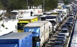 Des véhicules, pris dans des bouchons, sur l'autoroute A8, le 01 mars 2001, près de Saint-Maximin.