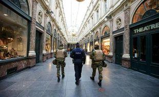 Des troupes belges patrouillent dans les galeries royales de Saint-Hubert à Bruxelles le 22 novembre 2015
