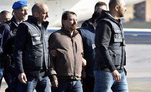 Cesare Battisti à son arrivée à Rome après son arrestation en Bolivie.
