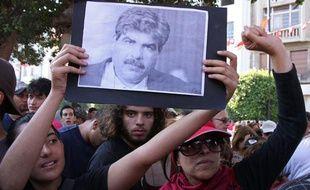 Des Tunisiens manifestent et rendent hommage au député de l'opposition Mohamed Brahmi, le 26 juillet 2013.