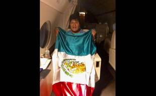 Evo Morales pose avec le drapeau mexicain dans son vol vers Mexico lundi 11 novembre 2019.