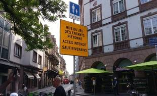 Strasbourg: C'est quoi cette rue où des voitures laissent leur place à des terrasses vertes et citoyennes?