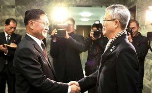 Le chef de la délégation sud-coréenne Lee Woo-sung et Kwon Hyok-bong, un haut responsable du ministère nord-coréen de la Culture, dans la partie nord de la