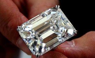 Une pierre de 100,2 carats, l'un des cinq diamants de plus de 100 carats parus sur le marché ces 25 dernières années, est présenté à Dubaï le 16 mars 2015