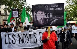 Des manifestants commémorent le massacre du 17 octobre 1961, soixante-ans plus tard, à Paris.
