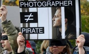 Des dizaines de journalistes russes ont manifesté dimanche à Saint-Pétersbourg pour exiger la libération du photographe Denis Siniakov, arrêté fin septembre avec des militants de Greenpeace pour une action contre une plateforme pétrolière en Arctique, et accusé de piraterie.