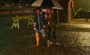Un couple traverse une rue inondée du centre de Charleston, en Caroline du Sud, le 3 octobre 2015