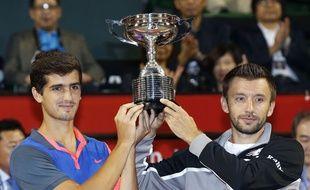 Pierre-Hugues Herbert, Michal Przysiezny et le trophée du double du tournoi de Tokyo remporté, ce dimanche.