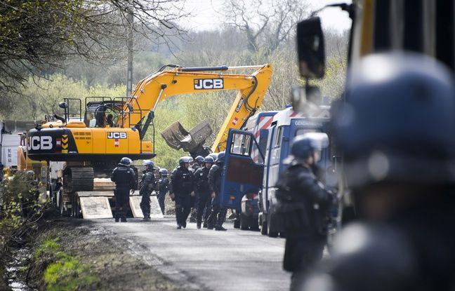 Des gendarmes sécurisent une opération de déblaiement de cabanes démolies sur la ZAD.