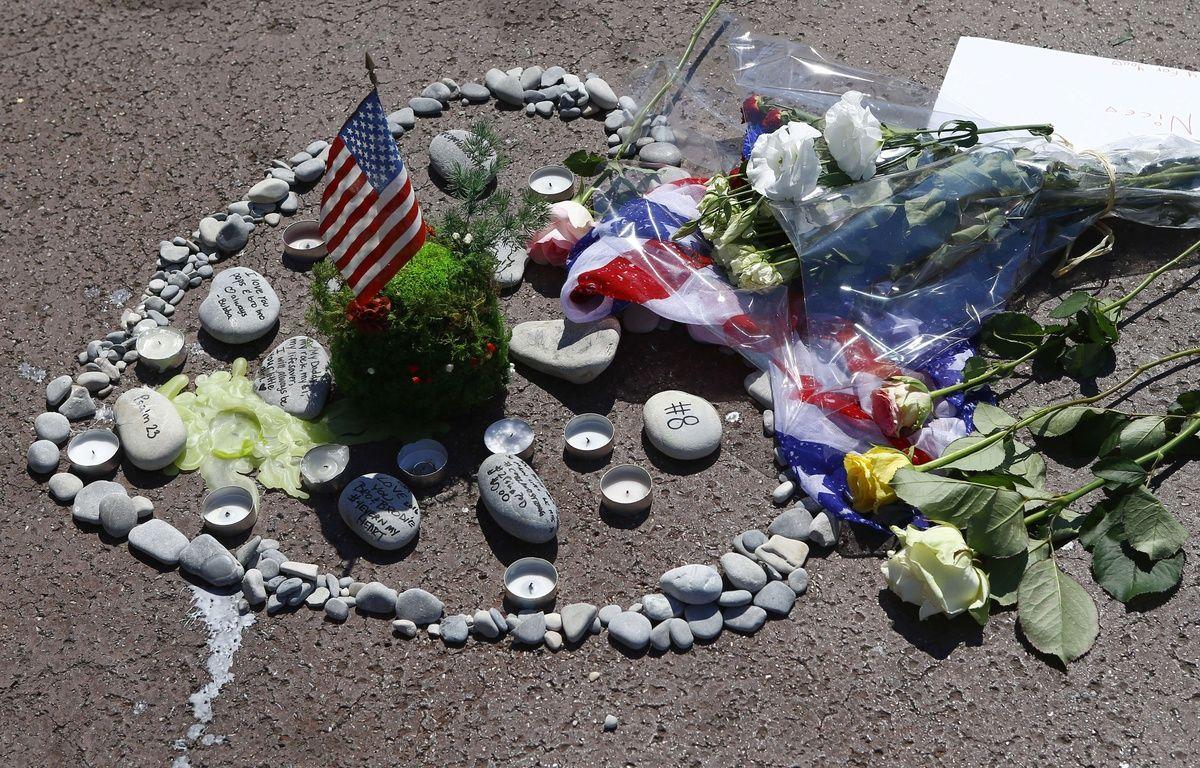 Des objets et des fleurs en hommage aux 84 victimes de l'attentat du 14-Juillet à Nice, le 18 juillet sur la Promenade des Anglais. – Francois Mori/AP/SIPA