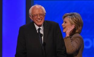 Bernie Sanders et Hillary Clinton lors du 3e débat de la primaire démocrate le 19 décembre 2015 à Manchester