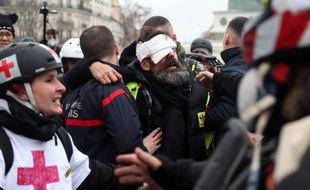 """Jérôme Rodrigues a été blessé alors qu'il se trouvait face à des forces de l'ordre, et au moment même où il était en train de filmer en direct sur son compte Facebook l'arrivée du cortège des manifestants """"gilets jaunes"""" sur la place."""