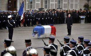Cédric Pappatico, le policier tué lors d'une intervention sur un cambriolage près de Chambéry, a été décoré samedi de la Légion d'honneur à titre posthume par Claude Guéant, qui a présidé la cérémonie d'hommage à Chambéry.