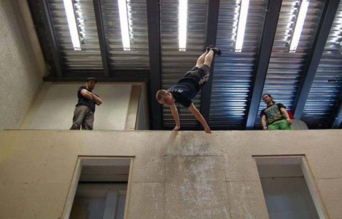 """Sous les voûtes de l'église Saint-Esprit de Québec, les acrobates de l'école du cirque de Québec font """"le grand saut"""" sur trampoline situé 5 mètres plus bas, rebondissent sur un trampoline et ricochent sur la paroi du mur. – Laurent Vu The afp.com"""