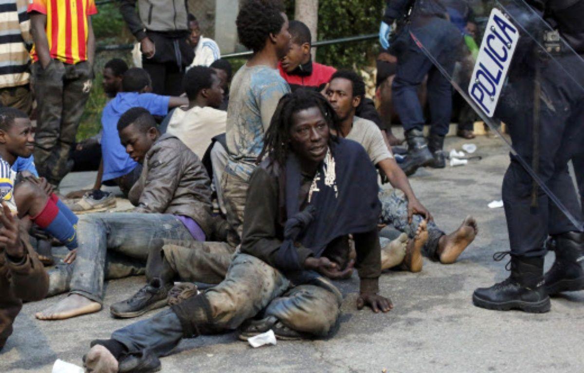 Des centaines d'immigrés ont forcé ce vendredi  la haute barrière entourant l'enclave espagnole de Ceuta. –  Jesus Moron