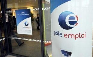 """Le gouvernement mettra en oeuvre """"dès avril"""" le principe du versement d'une prime forfaitaire de 500 euros à tous les chômeurs ayant travaillé deux à quatre mois, l'une des mesures promises la semaine dernière par Nicolas Sarkozy, a annoncé jeudi Matignon."""