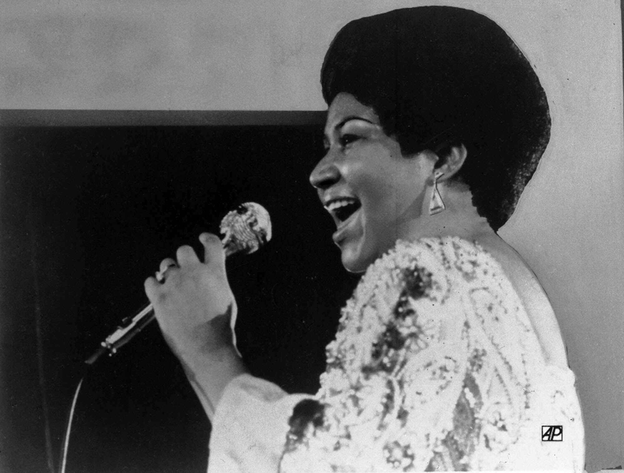 Vocalist Aretha Franklin warbles a few notes into microphone in Jan. 28, 1972 photo. (AP Photo)/NY924/AP_720128037/1508061613