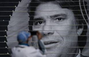 Un homme prend une photo d'un hommage à Bernard Tapie au stade Orange Vélodrome de Marseille, le jeudi 7 octobre 2021.