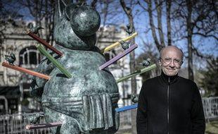 Philppe Geluck devant une de ses sculptures