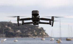 Un drone de la police lors de la surveillance des plages de Villefranche-sur-Mer, dans le cadre du respect du confinement.