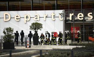 Des pompiers investissent l'aéroport d'Orly, le 18 mars 2017.
