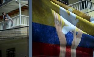 Un drapeau colombien orné d'une colombe, symbole de paix