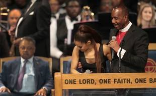 L'évêque Charles Ellis serre de très près la chanteuse Ariana Grande lors des funérailles d'Aretha Franklin, vendredi 31 août à Détroit.