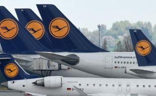 Pris en tenaille entre la concurrence des low-costs et celle des compagnies du Golfe, le géant du transport aérien Lufthansa a du mal à tirer véritablement parti du pétrole pas cher, et son premier trimestre s'est soldé par une perte