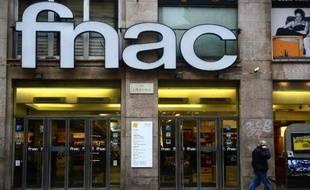 """La Fnac, distributeur français de biens culturels et technologiques, a accusé au troisième trimestre un nouveau recul de ses ventes, plombé par des taux de change défavorables et des marchés """"toujours dégradés"""" en Europe et notamment en France."""