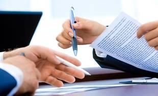 Illustration de deux personnes en train de parler et travailler avec des notes et un ordinateur portable