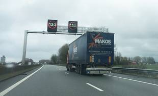 Un camion sur l'autoroute. Illustartion