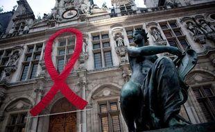 Le ruban rouge, symbole de la solidarité vis-à-vis des victimes du VIH et du sida, installé sur la façade de l'hôtel de ville de Paris, le 1er décembre 2010