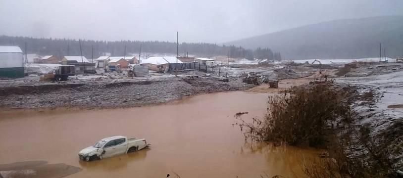 Cette photo fournie par les services de secours russes montre le site minier inondé après la rupture du barrage en Sibérie.