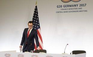 Le secrétaire au Trésor américain, Steven Mnuchin,  arrive à une conférence de presse au G20 de Baden-Baden, en Allemagne, le 18 mars 2017.