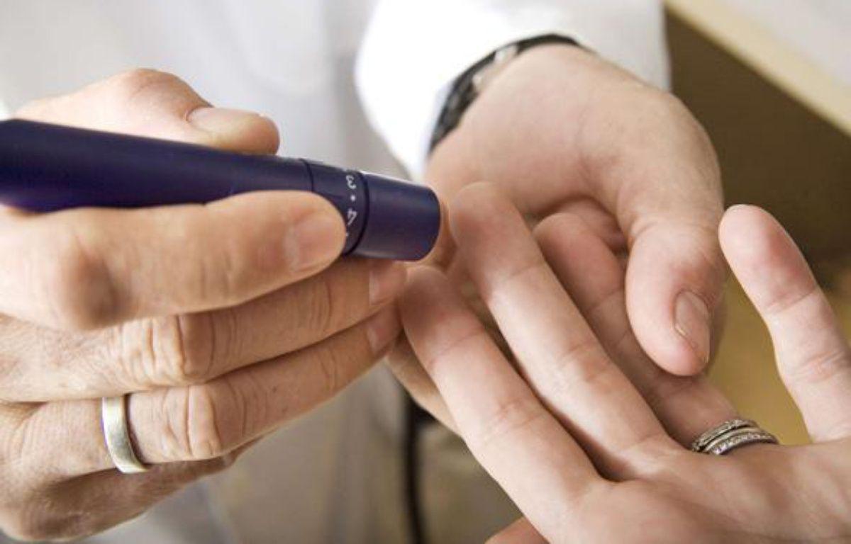 Un médecin prélève une goutte de sang au bout du doigt d'une patiente. – PureStock/SIPA